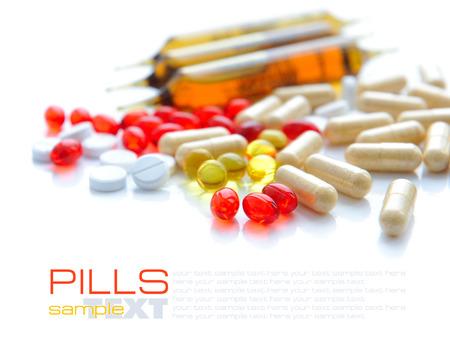 pilule: Mont�n de pastillas de colores sobre un fondo blanco