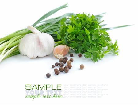 hierbas: Granos de pimienta son con un ajo y verde de perejil en un fondo blanco