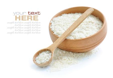 arroz: Arroz en un tazón y cuchara de madera aislada en el fondo blanco