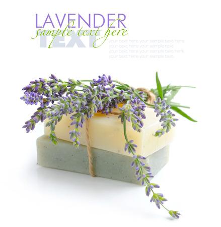 Handgemaakte zeep en lavendel bloemen op een witte achtergrond Stockfoto