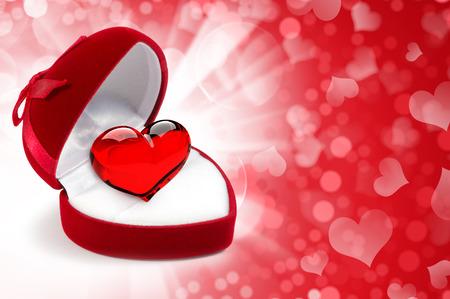 Rood fluweel hartvormige Gift Box met hart op een feestelijke achtergrond Stockfoto