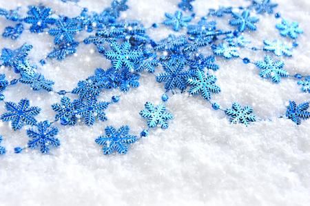 Flocons de Noël bleus de décoration sur neige