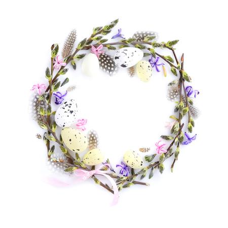 Pasen-kroon met paaseieren, pussy-wilg takken en bloemen. Cirkel grens perfect voor Paaskaart of uitnodiging