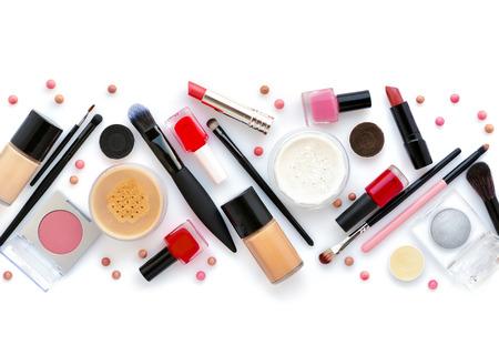 cepillo de maquillaje y cosméticos decorativos sobre un fondo blanco. vista superior