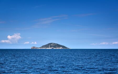This is an uninhabited island of Kelifos in the Toroneos Gulf of the Aegean Sea, Halkidiki, Greece Zdjęcie Seryjne
