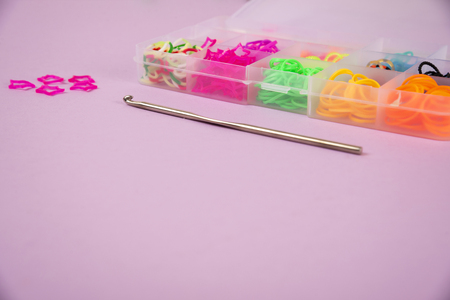 rubber bands for weaving on a colored background. Standard-Bild - 124577066