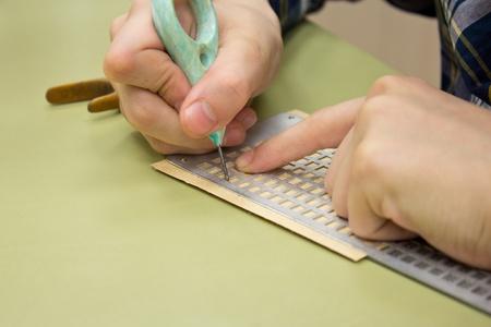 braille: Puntos de Braille - se retuerce sin ver, el ni�o est� escribiendo las letras en braille
