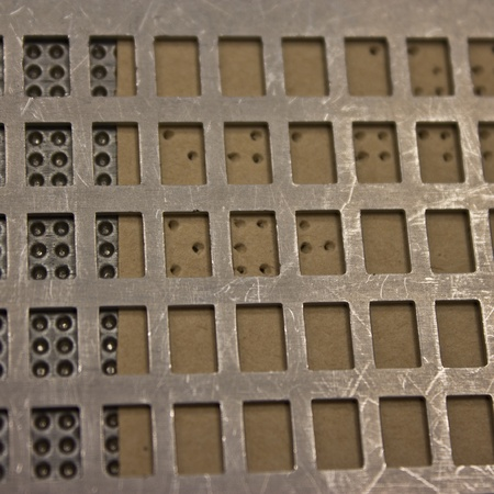 braile: Puntos de Braille - retorci�ndose sin ver, escribir las letras en braille Foto de archivo