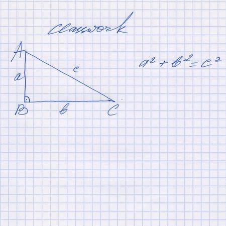 teorema: Regla de Pit�goras se explica en el libro de ejercicios, teorema de Pit�goras esbozado en el blanco cuadrado hoja de papel de textura o el fondo, dibujos hechos a mano Foto de archivo