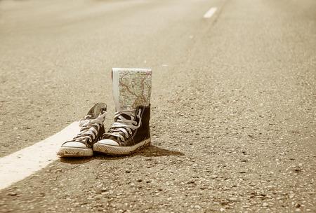 escarpines: zapatillas de deporte en la carretera. carretera. viaje.