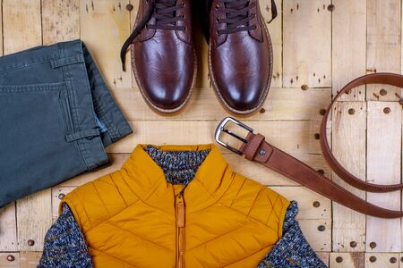 Winter men's clothes and accessories on a wooden background. Standard-Bild