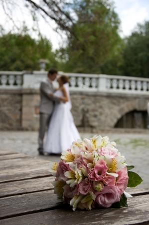 De mooie bruiloft boeket bloemen, bruid en bruidegom in de achtergrond Ondiepe diepte van gebied ondiepe DOF Stockfoto