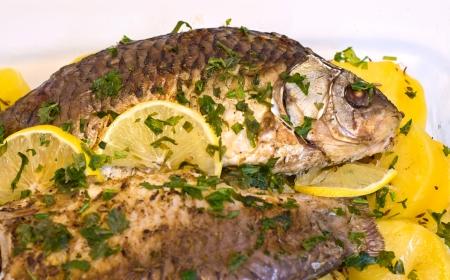 crucian: baked crucian fish with lemon and potatoes
