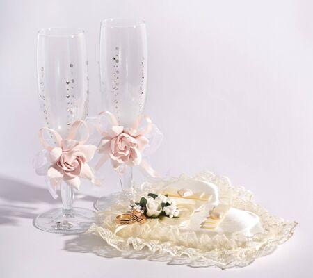Zwei goldene Hochzeit Ringe auf Seide und Gläser Standard-Bild - 46319222