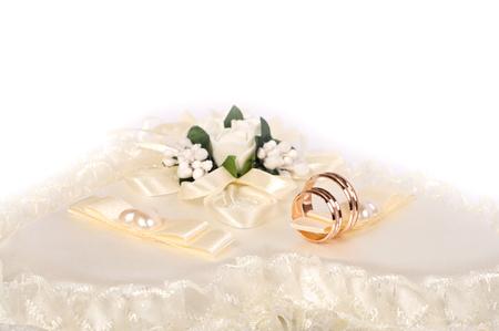 Twee gouden trouwringen op zijde. achtergrond van het huwelijk