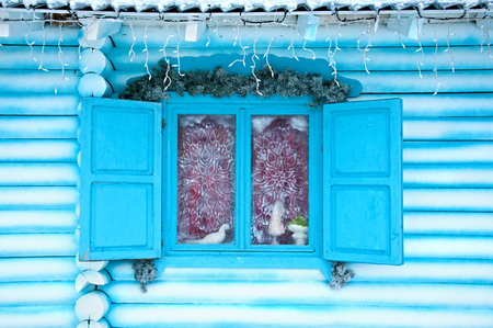 Christmas decoration on the window of the house Banque d'images - 119580392