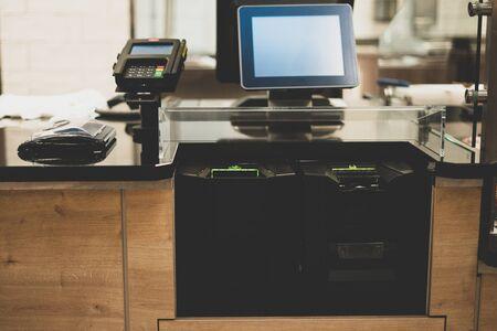 Caisse libre-service dans un supermarché. La technologie moderne dans le commerce. Caissier électronique