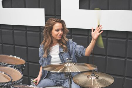 Creativity and music. Young beautiful girl plays the drums. Recording Studio. Musical equipment. Banque d'images - 149581144