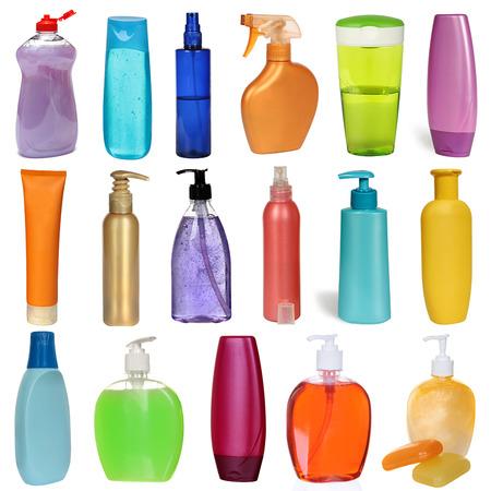 champú: 17 botellas de plástico de colores con jabón líquido y gel de ducha aislados en blanco. Estudio de fotografía. Set.