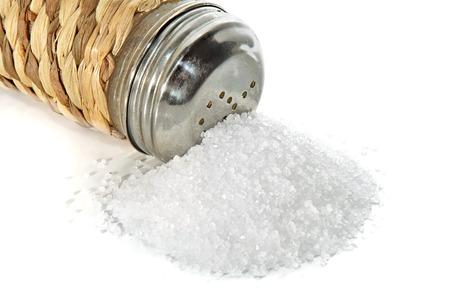 塩、白い背景の上に塩入れの散在の小グループ