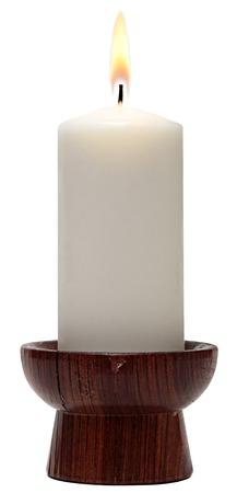 kerze: brennende Kerze alten Vintage-Holz-Leuchter. Isoliert auf wei�em Hintergrund.