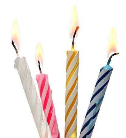 白い背景上に分離誕生日キャンドル ケーキを焼きます。