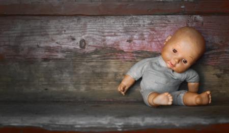 古い人形。コンセプト: 放棄された人。古い壊れた人形を閉じる 写真素材