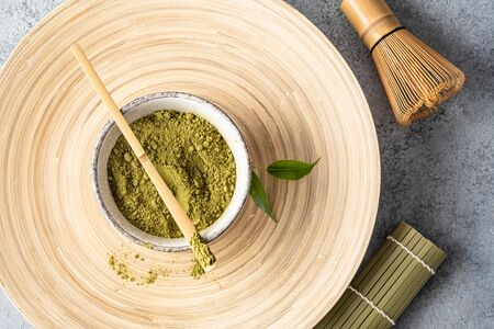 Japanese matcha green tea powder, a healthy natural product, antioxidant. Bamboo spoon and whisk. Stockfoto