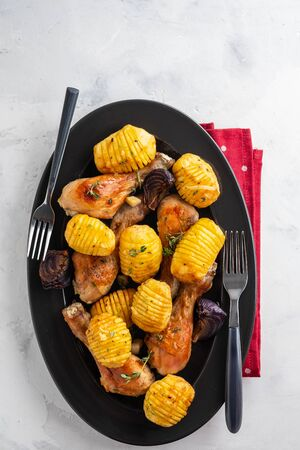 Oven-roasted spicy Chicken with Potatoes, Kalamata Olives, Garlic, Onions, Lemon and Fresh Parsley. Symbolic image. Home made food. Concept for a tasty and healthy meal. Top view. Stockfoto