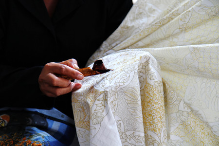Traditional Peruvian craftsmanship, silk is covered with lace using wax dye 免版税图像