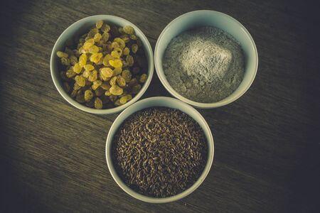 Composition: ingredients for artisan bread prepared without yeast and baking powder (raisins, flax seeds, rye flour).