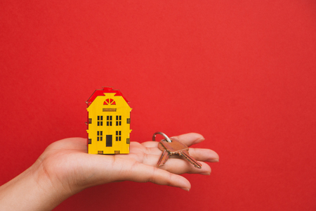 the symbol of the house and the keys in the palm of your hand. 写真素材 - 108805905