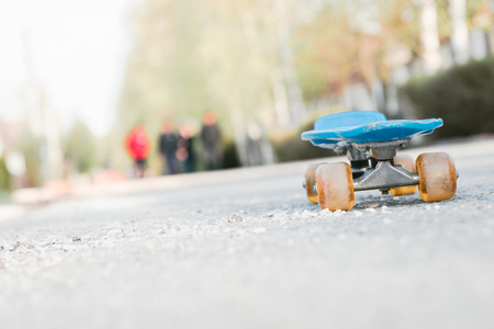 blue children's skateboard in the Park on a Sunny summer day. 写真素材 - 122119921