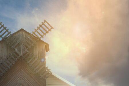 Mühle auf dem Hintergrund eines schönen Himmels mit Wolken, Platz für Text Standard-Bild - 92053312