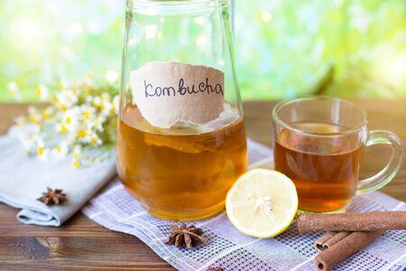 Kombucha sano del tè con limone e cannella. Ricetta per lo sfondo luminoso estivo Kombucha fatto in casa