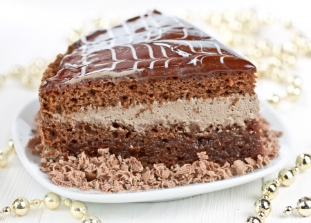 porcion de torta: pedazo de pastel de chocolate y bolas de Navidad