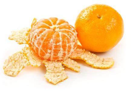 een mandarijn en mandarijn geschild geïsoleerd op witte achtergrond