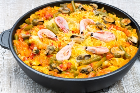 Paella with seafood and vegetables in a pan Standard-Bild