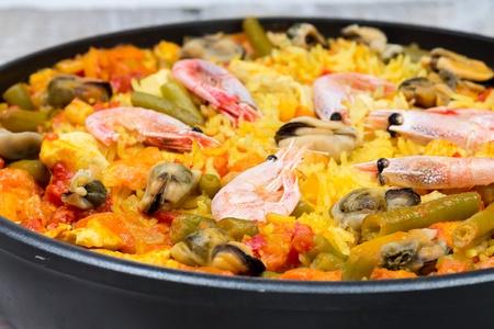 Paella con frutti di mare e verdure in padella
