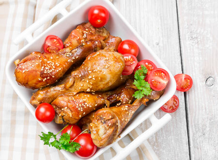 chicken leg: Fried chicken legs with sesame seeds in a ceramic bowl