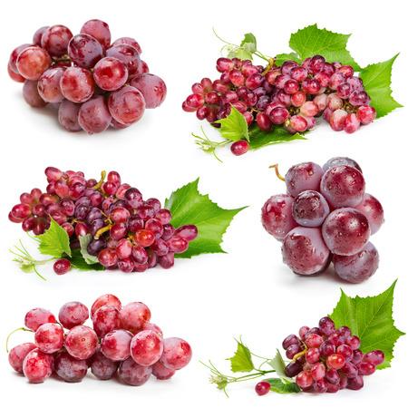 grapes: Conjunto de uvas rojas aisladas sobre fondo blanco