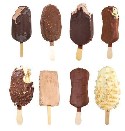 helados con palito: Conjunto de helado en un palo aislado en fondo blanco