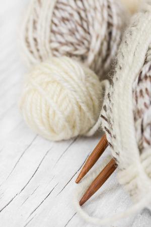 gomitoli di lana: Matasse di lana e maglieria aghi di bambù su un fondo in legno