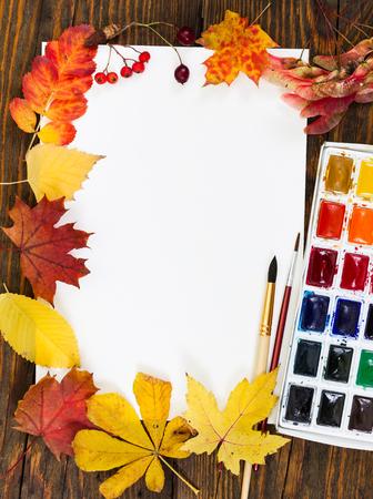 Arbeitsplatz Des Künstlers. Blatt Papier, Farben, Palette, Pinsel ...