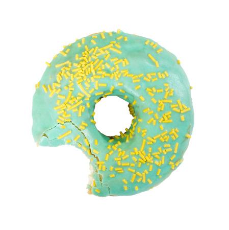 Gebeten doughnut die op witte achtergrond wordt geïsoleerd. Bovenaanzicht.