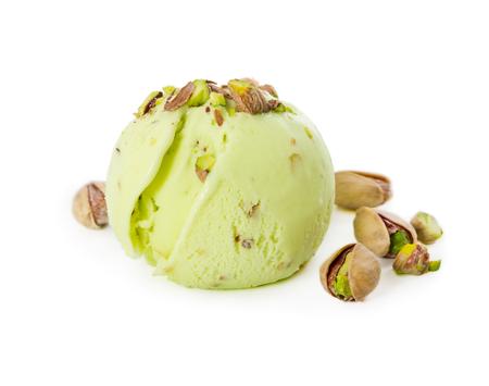 白い背景に分離ピスタチオとピスタチオアイスクリームのスクープ