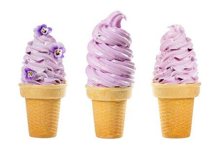 흰색 배경에 분리된 와플 컵에 부드러운 과일 아이스크림 세트. 스톡 콘텐츠