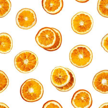 Modello senza cuciture con fette di arancia essiccata isolato su priorità bassa bianca. Archivio Fotografico