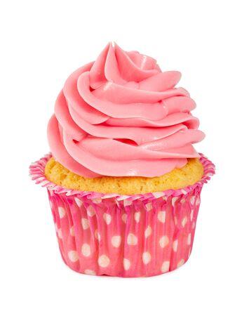 Leckerer kleiner Kuchen mit rosa Sahne lokalisiert auf weißem Hintergrund.