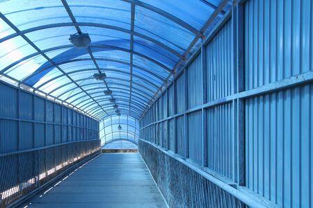 paso de cebra: El cruce de peatones azul cubierto Foto de archivo